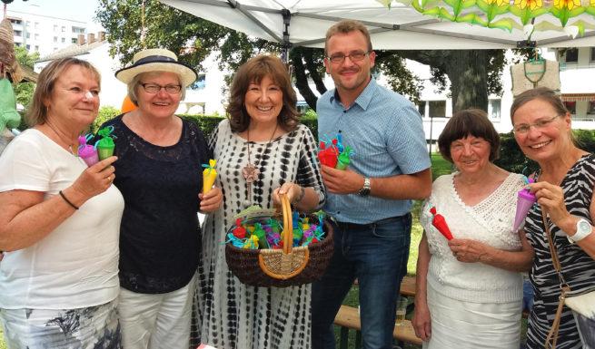 Die Vorstände von Granny Socks und drei Vertreter der ausgewählten Sozialprojekte halten kleine Schultüten in der Hand und lächeln in die Kamera ©Helfende Hände