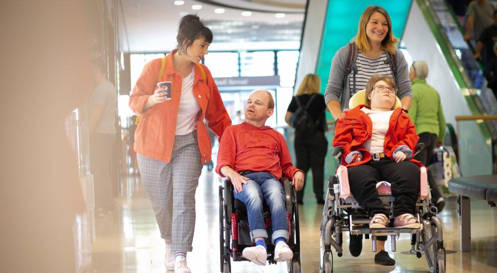 Zwei Betreute und zwei Betreuerinnen sind beim Einkaufen unterwegs ©Helfende Hände/Fabian Helmich