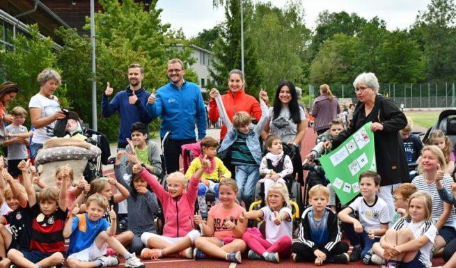 Gruppenbild vom Spendenlauf der Grundschule Lochham ©Helfende Hände