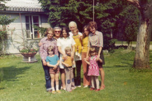 1972: Eine Vorschulgruppe in der Freienfelsstraße mit Kindern und Eltern©Helfende Hände