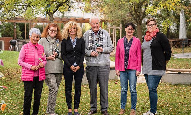 Eine Gruppenbild: Rory O'Flanagan (4. v. l.), Gertraud Baumann und Marion Bergmann (1./2. v. l.) vom Verein Kultur am Westkreuz trafen Nariman Zimpel (2. v. l.), Christine Babler-Worsch und Marie Schleburg (5./6. v. l.) vom Helfende Hände e.V. zur Übergabe. ©Oliver Heuft