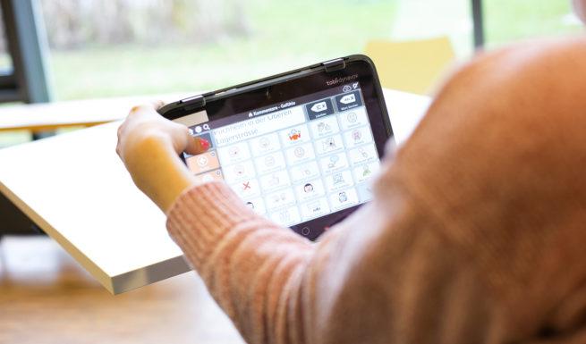 Ein Tabletcomputer wird bedient und eine Taste gedrückt ©Helfende Hände/Fabian Helmich