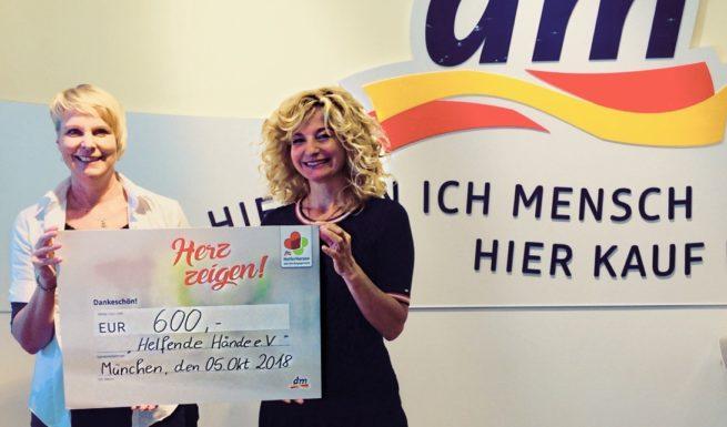 Petra Zollinger (dm-Filialleiterin) übergibt Nariman Zimpel (Vorsitzende von Helfende Hände e.V.) einen Scheck mit 600 €