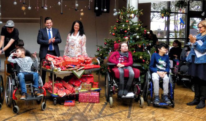 Herr Stimmer und Frau Gottschalk von der HypoVereinsbank übergben Geschenke ©Helfende Hände
