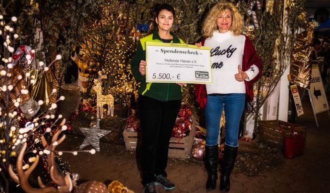 Felicia Sathmar vom Pflanzen-Kölle übergibt einen Scheck in Höhe von 5500 € an Nariman Zimpel vom Verein Helfenden Hände ©Oliver Heuft