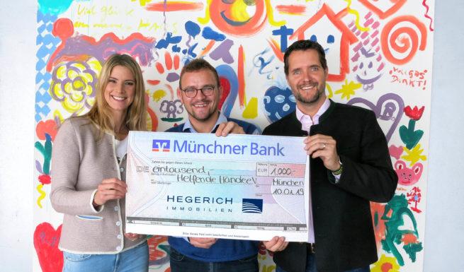 Wiebke und Peter Hegerich überreichen an Wolfgang J. Schreiter einen Scheck in Höhe von 1000 € ©Hegerich Immobilien