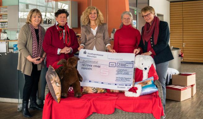 Mitglieder vom Katholischen Deutschen Frauenbund Maria Schutz Pasing übergeben einen Spendenscheck in Hähe von 2000 € © Oliver Heuft