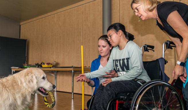 Hundetherapie (v.l.n.r.): Therapiehündin Luna, Kathrin Wenz (Therapieleitung im Erwachsenenbereich), Jale und Sabine Wolf (Hundetherapeutin) ©Oliver Heuft