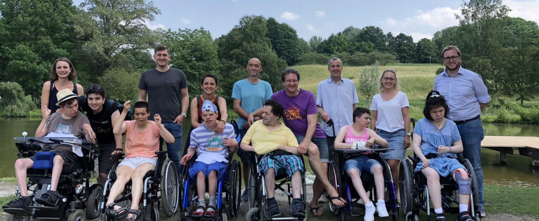 Gruppenbild im Olympiapark München: Fünf Berater, vier Mitarbeitende und sechs Betreute genießen den Ausflug