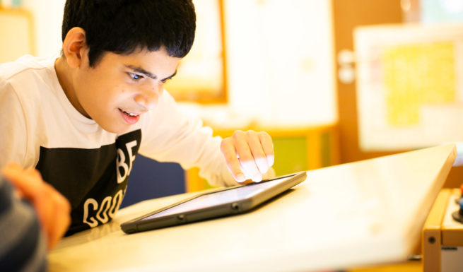 Kind in der heilpädagogischen Tagesstätte von Helfende Hände beim Logopäden ©Helfende Hände/Fabian Helmich