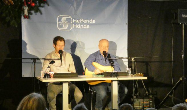 """Stefan Murr und Heinz-Josef Braun lesen in der Aula von Helfende Hände ihr Märchen """"Die bayerischen Bremer Stadtmusikanten"""""""