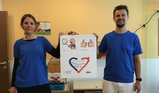 Das Therapeuten-Team im Kinder- und Jugendbereich der Helfenden Hände freuen sich sehr über die Spende in Höhe von 2.500 Euro, mit deren Hilfe iPads für die Video-Therapie angeschafft werden konnten. Foto: Helfende Hände