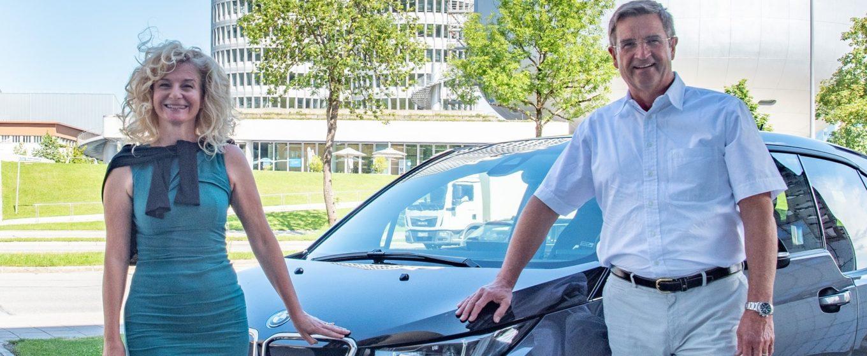 Manfred Schoch, Betriebsratsvorsitzender und stellvertretender Aufsichtsratsvorsitzender der BMW AG übergab am 01.07.2020 persönlich das Elektroauto vor der BMW-Welt an Nariman Zimpel, Vorstandsvorsitzende des Vereins Helfende Hände. Foto: Robert Köster