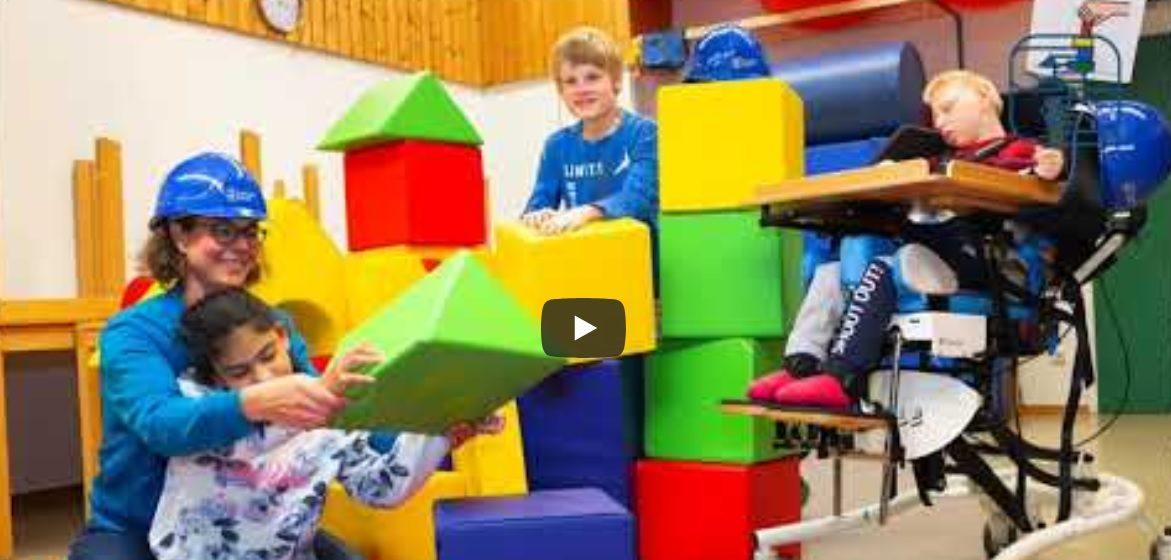 Kinder im Förderzentrum spielen mit Bauklötzen