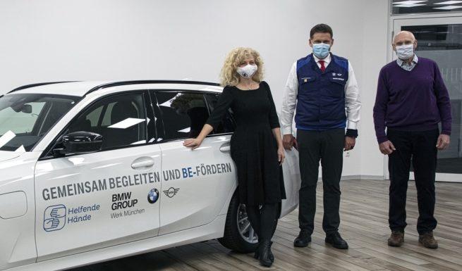 Robert Engelhorn, Leiter des BMW Group Werkes München übergab persönlich den BMW 3er Touring Plug-in Hybrid an Nariman Zimpel und Anton Wölfl vom Vorstand des Vereins Helfende Hände. Foto: BMW Group Werk München
