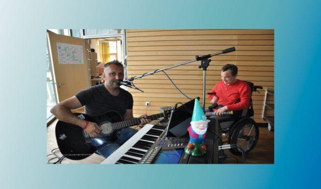 Gute-Laune-Musik in der Förderstätte von Helfende Hände