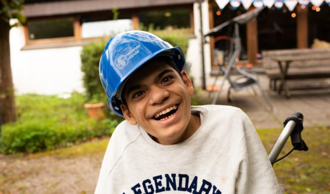 Kind mit Bauhelm im Helfende-Hände-Förderzentrum