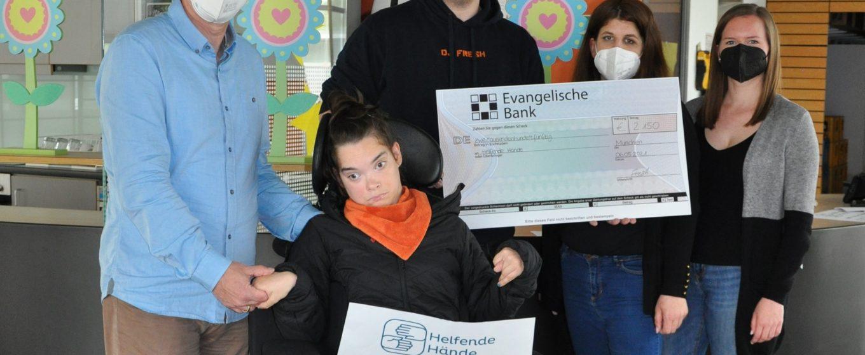 Von links nach rechts: Harald Hilbig, Stv. Vorsitzender von Helfende Hände e.V., Johanna Hilbig, Basti Schmid alias DJ Fresh sowie Nicki Schmid und Julia Beck vom Madlverein Oberzeitlbach e.V.