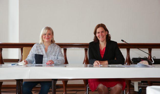 Cordula Birngruber von Helfende Hände und Bürgermeisterin Verena Dietl bei der Unterzeichnung der Selbstverpflichtung. Foto: Michael Nagy/Presseamt München